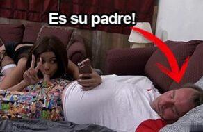 Se hace un selfie chupándosela a su padre