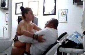 Follando con un doctor en la sala de operaciones ¡Es una veterana!