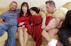 follan en el sofá mientras ven la tele