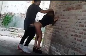 Pillamos a una pareja amateur follando de parado en una obra en construcción.