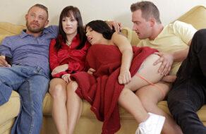 hermanos folla mientras ven una película en familia