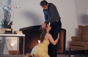 padre fuerza a su hija para que le haga una mamada