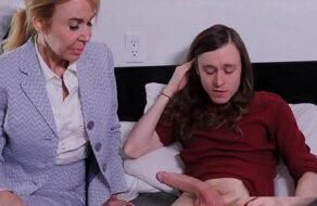 Madre viciosa le hace una mamada y se folla a su hijo enfermo