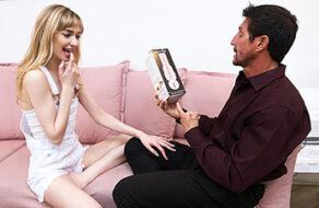 Hija masturba con un masturbador a su padre
