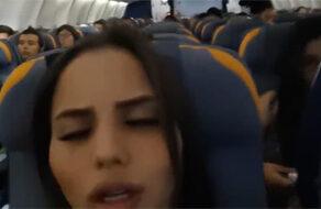 española se masturba en medio de un avión lleno de gente