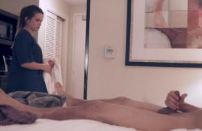 Tío loco se masturba delante de la chica de la limpieza