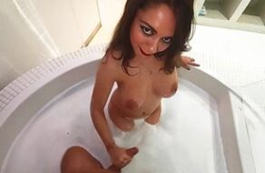 se follan a Miriam Prado en la bañera de su casa