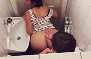 grabados teniendo sexo en un baño publico