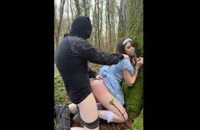 violada en mitad del bosque
